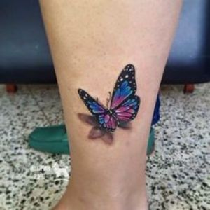tatuaje en la pierna de mariposa 3D