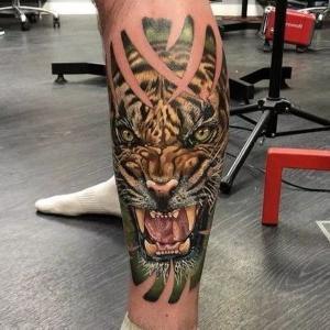 tatuaje en la pierna de tigre