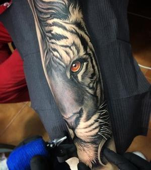 tatuaje hermoso de tigre