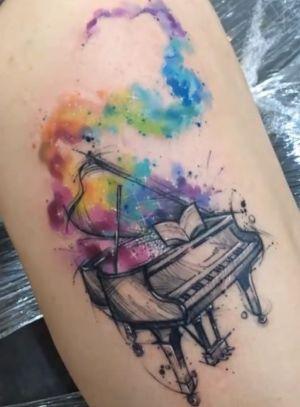 tatuaje acuarela piano