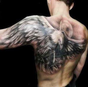 tatuaje de aguila en la espalda