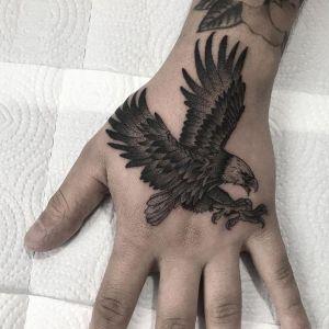 tatuaje de aguila en la mano