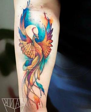 tatuaje watercolor de ave fenix