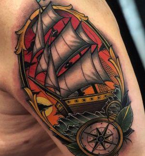 tatuaje de barco y brujula