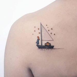 tatuaje delicado de barco