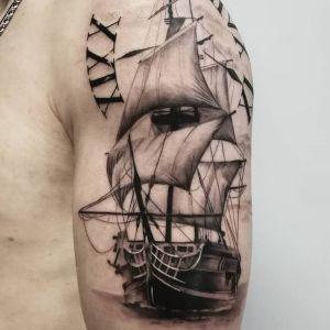 tatuaje realista de barco