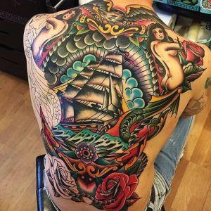 tatuajes de barcos en la espalda