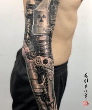 espectacular tatuaje biomecanico