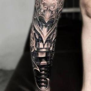 tatuaje biomecanico