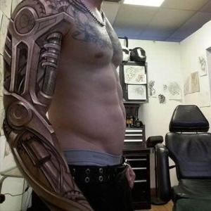 tatuaje biomecanico en el brazo