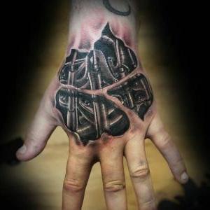 tatuaje en la mano biomecanico