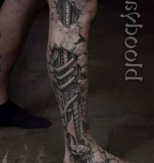 tatuaje en la pierna biomecanico