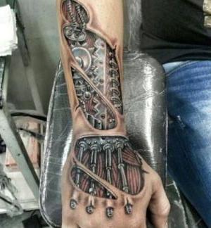tatuajes biomecanicos en la mano