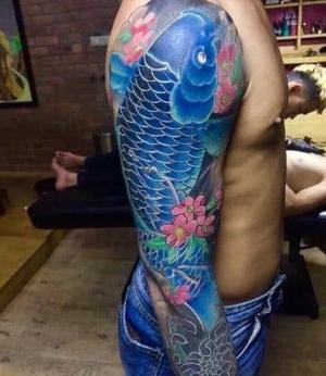 tattoo japones en brazo entero azul