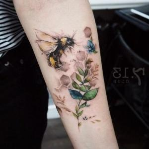 tatuaje en brazo de abeja