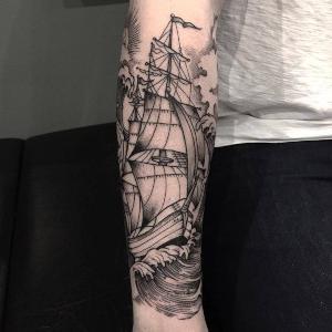 tatuaje en el brazo de barco