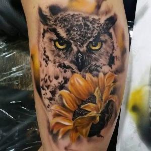 tatuaje de buho y flor