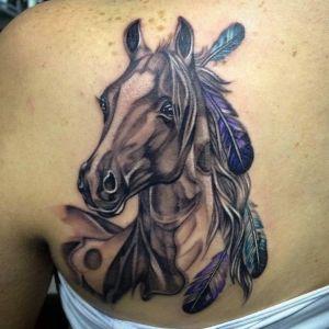 tatuaje de caballo en la espalda