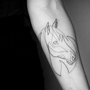 tatuaje de caballo minimalista