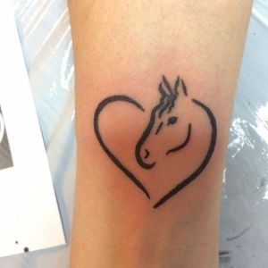 tatuaje de caballo y corazon