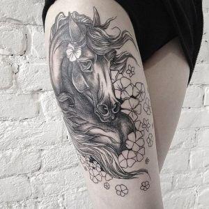 tatuaje femenino de caballo