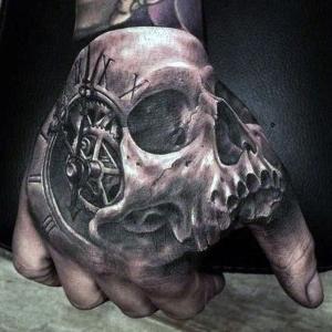 tatuaje de calavera en la mano