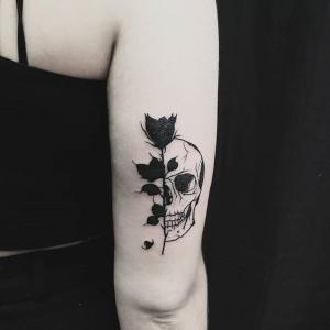 tatuaje de calavera y rosa