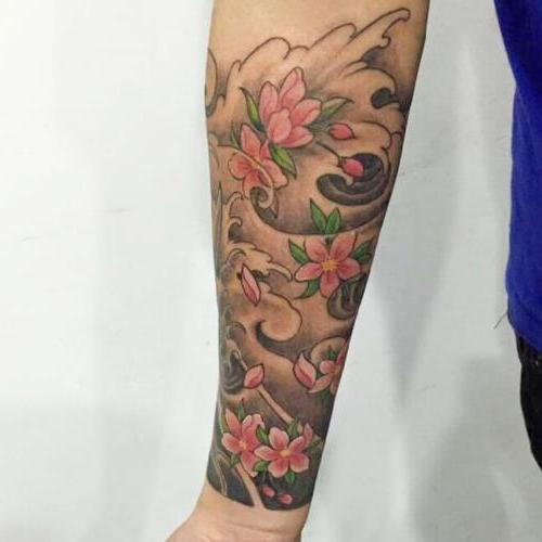 tatuaje brazo de hombre flor cerezo