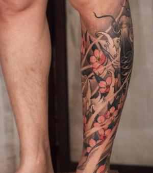 tatuaje de flor de cerezo en la pierna
