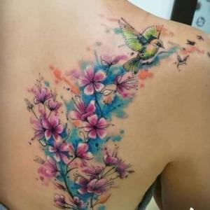 tatuaje de flor de cerezo y pajaros