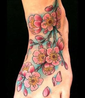 tatuaje de flores de cerezo en el pie