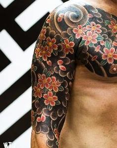 tatuaje para hombre flores cerezo