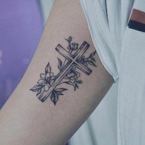 foto de tatuaje de cruz