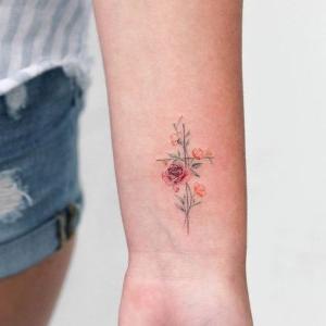 tatuaje de cruz para mujer