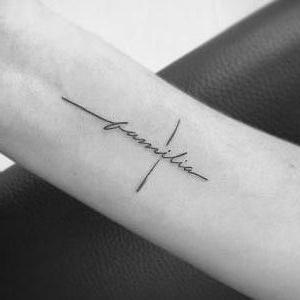 tatuaje de cruz y palabras