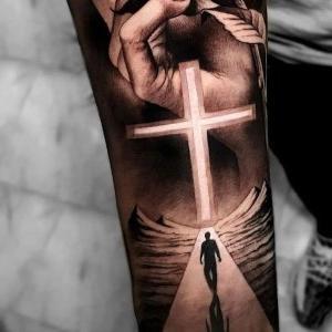 tatuaje realista de cruz