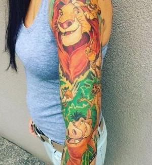 tatuaje del rey leon en brazo