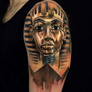tatuaje egipcio hombro