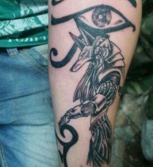 tatuaje egipcio negro