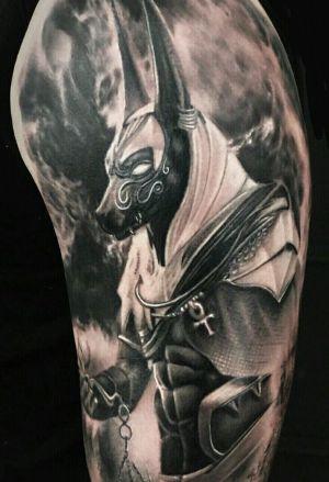 tatuaje egipcio para hombre