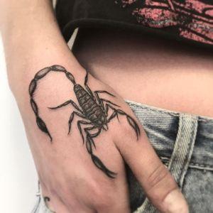 tatuaje de escorpion en la mano