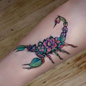tatuaje de escorpion para chica