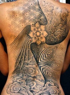 tatu en espalda mujer