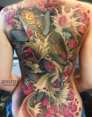tatuaje en la espalda pez koi