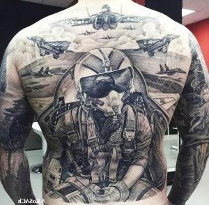 tatuaje espalda aviacion