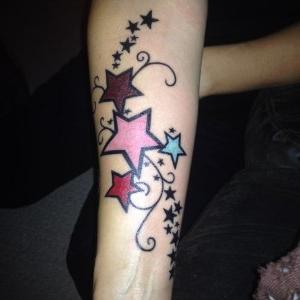 tatuaje de estrellas a color