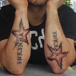 tatuaje de estrellas y nombres