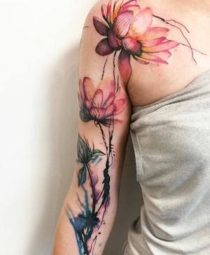 tattoo de flores en el brazo