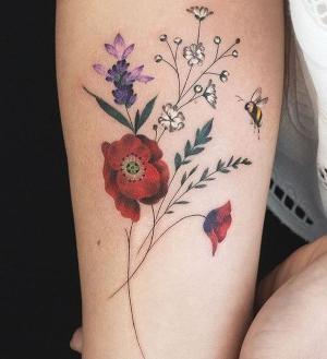 tattoo de pequeñas flores bonitas