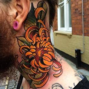 tatuaje de flor para hombre en el cuello